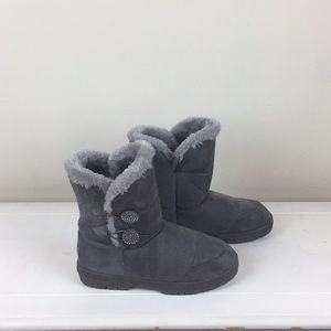 Warm and comfy gray Holly boots.
